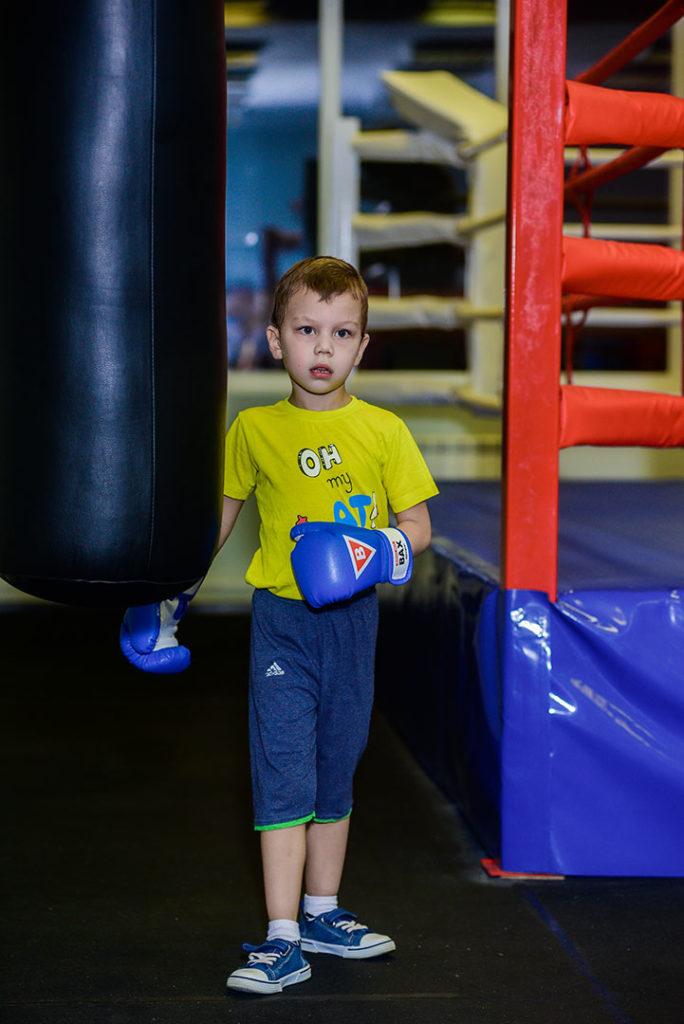 дети на тренировке по боксу - фото